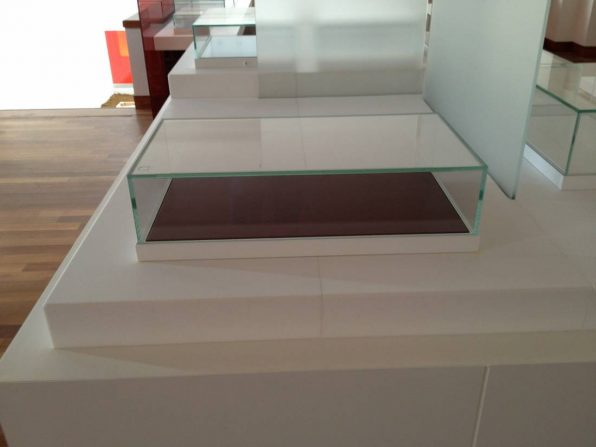 Showcases with manually detachable glass pane