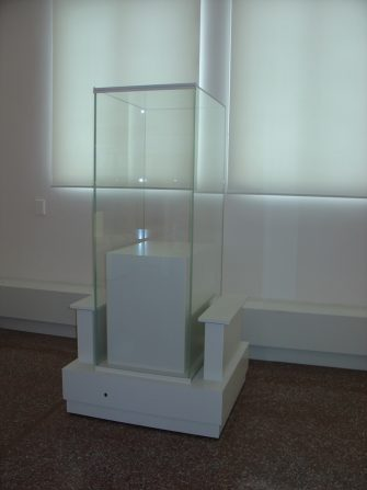 Showcases with discretely inserted apparent mechanism