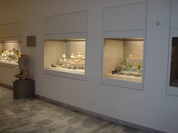 Προθήκες με ανοιγόμενη πρόσοψη μέσω αφανούς μηχανισμού