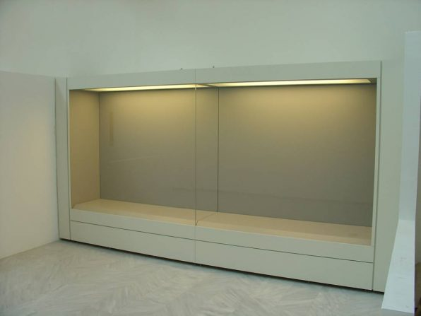 Showcases with their front part opening via an invisible mechanism